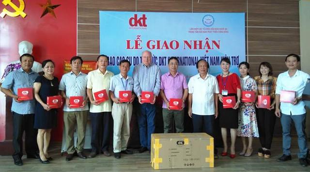 Chi cục DS-KHHGĐ Nghệ An , TT CSSKSS tỉnh và đại diện Trung tâm DS-KHHGĐ các huyện tiếp nhận lô hàng.
