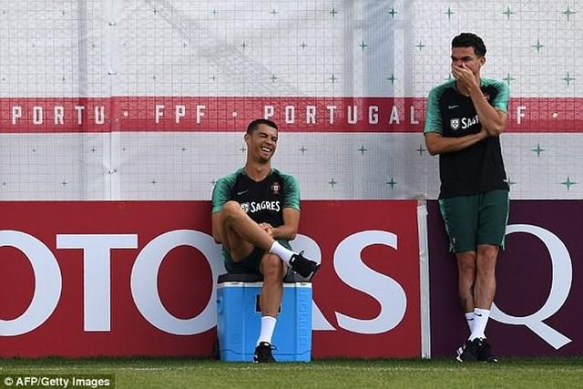 Cristiano Ronaldo đùa giỡn với đồng đội Pepe trong buổi tập nhẹ của tuyển Bồ Đào Nha hôm qua (21-6).
