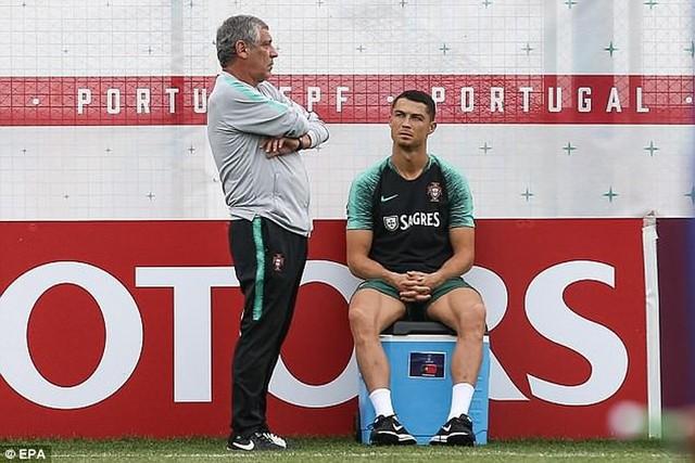 Ronaldo dường như được HLV Fernando Santos đặc cách không phải tập luyện quá nhiều.