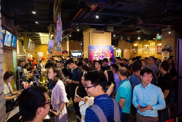 Không chỉ mang lại không gian mua sắm với nhiều ưu đãi, đại tiệc Sale xuyên màn đêm tại Vincom còn hấp dẫn với sự tham gia của các gian hàng ẩm thực, rạp chiếu phim…