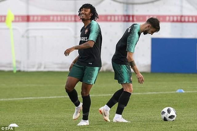 Gelson Martins (trái) và tiền vệ Bruno Fernandes (phải)… cùng cười.