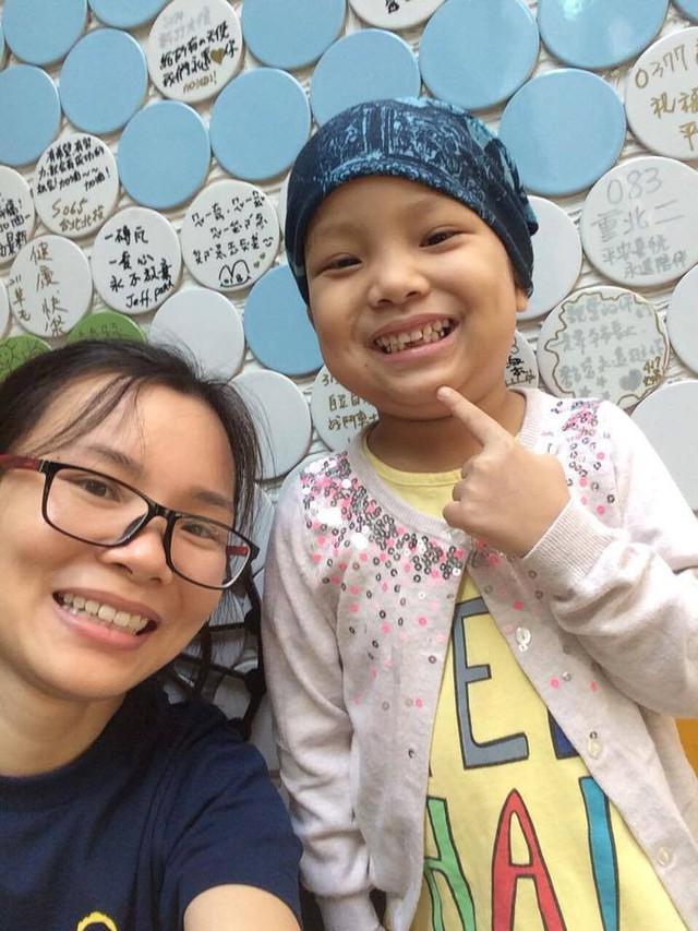 Bé Quỳnh Chi và mẹ. Ảnh do gia đình cung cấp.