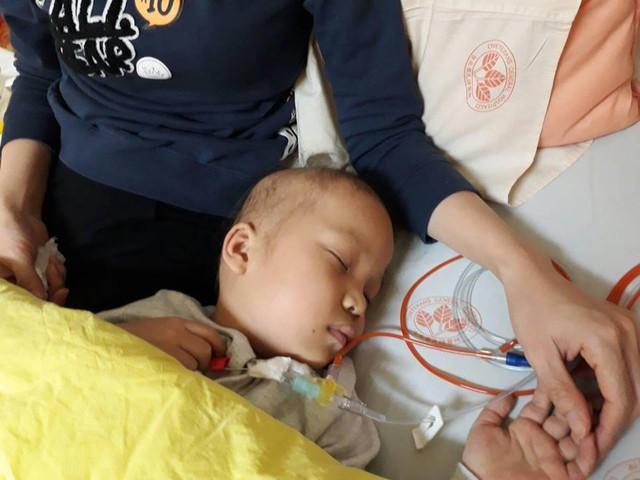 Bé Trần Thị Quỳnh Chi trên giường bệnh