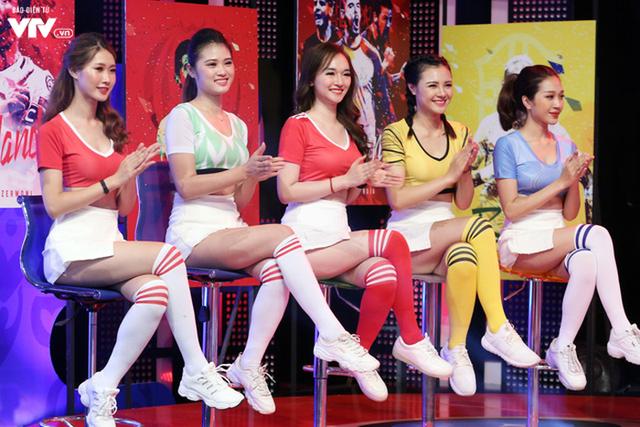 Những hot girl trẻ trung, xinh đẹp trong chương trình Nóng cùng World Cup.  ảnh: Phong Linh
