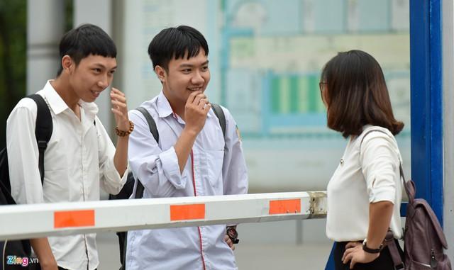 Có mặt ở cổng trường từ sớm, cô Hà Ngọc Thuỷ, giáo viên chủ nhiệm lớp 12D, trường THPT Nguyễn Bỉnh Khiêm đã gặp gỡ, động viên từng học trò trong lớp của mình.
