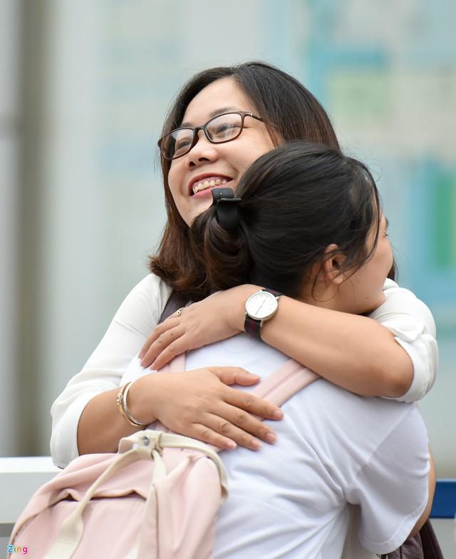 Cô đứng ở cổng trường, ôm từng học trò trước giờ và chúc các con thi tốt.