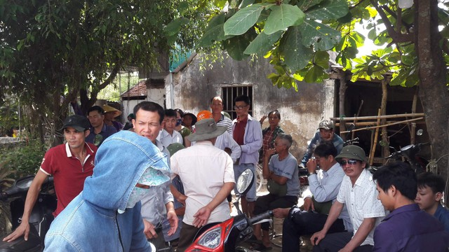 Người dân đến chia buồn cùng gia đình anh Bình.