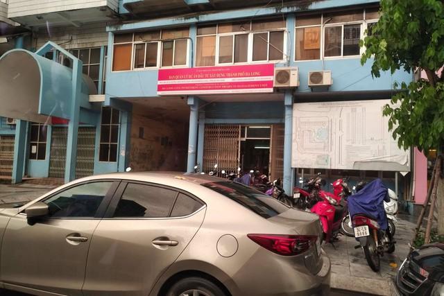 Ban QLDA đầu tư xây dựng TP. Hạ Long, Quảng Ninh đóng cửa với nhân viên đến mua hồ sơ dự thầu. (ảnh: NPV)