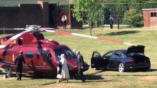 Thái tử Charles và vợ, bà Camilla, lên trực thăng rời Điện Kensington. Ảnh cắt từ video.