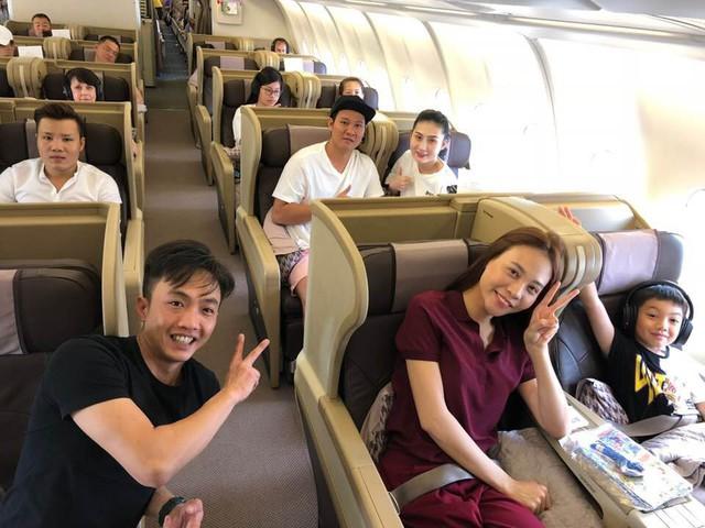 Subeo thân thiết ngồi cạnh Đàm Thu Trang trên máy bay.