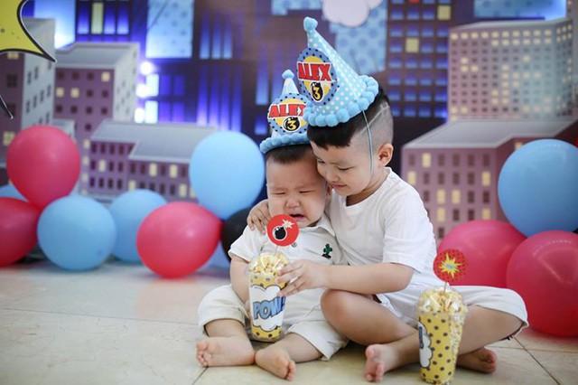 Tâm Tít khoe Alex cũng biết cách yêu thương và nhường nhịn em trai Peter. Mỗi khi em khóc, cậu bé chạy lại dỗ dành, đưa đồ chơi của mình cho em.