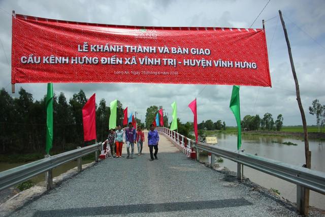 Cây cầu mới mang lại nhiều niềm vui mới cho người dân xã Vĩnh Trị, huyện Vĩnh Hưng, tỉnh Long An