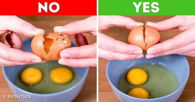 Nhiều người có thói quen đập trứng ở rìa bát cho nhanh, sau đó đổ vào trong bát nhưng cách làm này dễ khiến vỏ trứng rơi vào bên trong. Hãy đập trứng trên bề mặt phẳng hay ở một cạnh bếp rồi sau đó nhẹ nhàng tách đôi ra và cho lòng đỏ vào bát nhé.