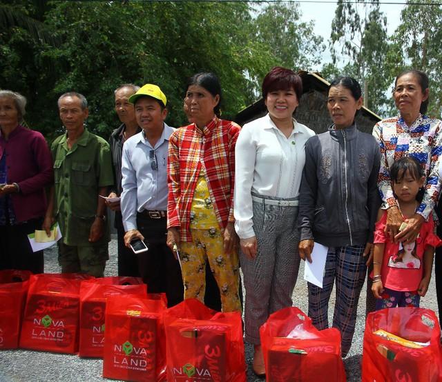 Nhiều phần quà cũng được trao đến các hộ dân có hoàn cảnh khó khăn tại địa phương