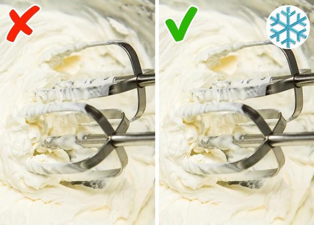 Khi đánh kem để làm bánh, nhiều người vẫn thắc mắc không hiểu vì sao bánh không ngon dù bạn làm theo đúng hướng dẫn. Rất có thể đó là do bạn đánh kem sai cách. Để phần kem ngon và hoàn hảo, bạn cần làm lạnh tô đựng kem và vật dụng đánh kem trong tủ đá trước khi dùng.