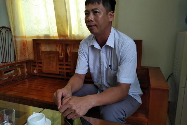 Ông Lưu Minh Đức - Chủ tịch UBND xã Quan Lạn (Vân Đồn, Quảng Ninh) trao đổi với phóng viên về các tác động của việc dừng các dự án chờ quy hoạch chung Vân Đồn lên hoạt động sản xuất, phát triển kinh tế xã hội ở địa phương. (ảnh: HC)