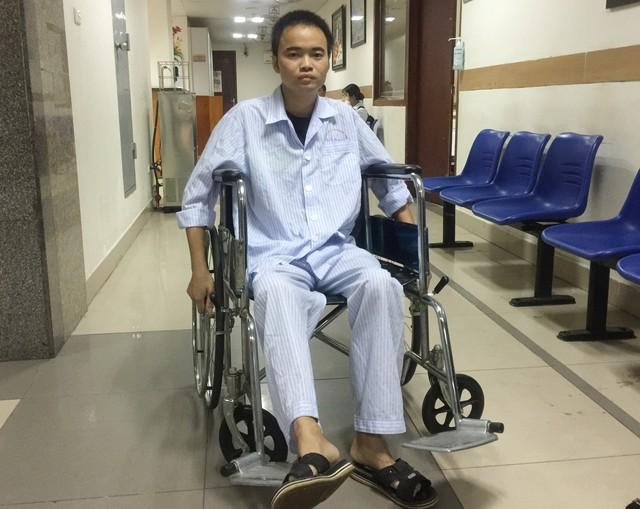 Đào Văn Hoan ngồi xe lăn chống trọi với bạo bệnh.