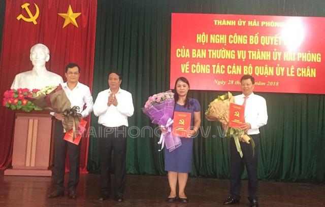 Bí thư Thành ủy Lê Văn Thành trao quyết định cho cho các ông, bà Đỗ Thanh Lê, Lê Trung Kiên, Nguyễn Văn Tuấn. Ảnh: HPGOV