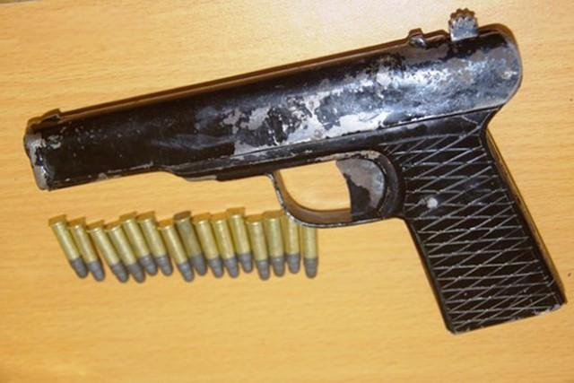 Xênh được trang bị súng khi đi giao dịch. ẢNH: H. Thượng