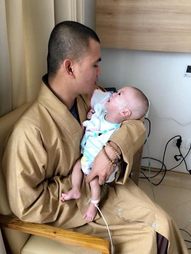Sư thầy Thích Tuệ Thành thăm bé Danh khi con mới ra đời đã mắc bệnh loạn sạn phổi và giãn não thất.