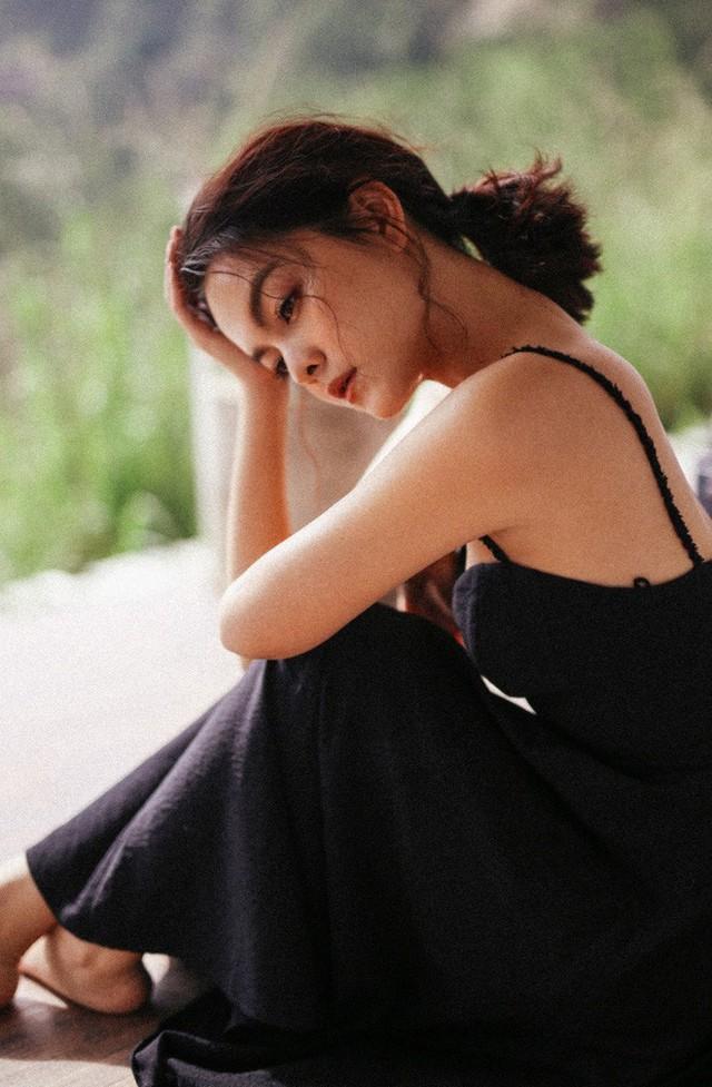 Phạm Quỳnh Anh  vừa thực hiện bộ ảnh mới ở Đà Lạt, khoe nhan sắc mặn mà, quyến rũ. Trong bộ ảnh, nữ ca sĩ diện đầm hai dây ôm dáng, thiết kế xẻ lưng giúp tôn tinh thần gợi cảm mà nhiếp ảnh hướng đến.