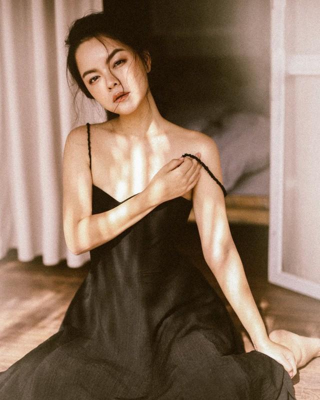 Dù đã là bà mẹ hai con, Phạm Quỳnh Anh vẫn sở hữu vóc dáng thon gọn và nhan sắc khó rời mắt. Hình ảnh người đàn bà đẹp trong bộ ảnh lần này của nữ ca sĩ khiến nhiều cô gái khác phải ganh tỵ về bí quyết giữ gìn nhan sắc.