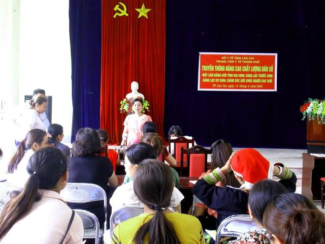 Một lớp truyền thông nâng cao chất lượng dân số có đông đảo phụ nữ tham gia tại Lào Cai. Ảnh: Nông Thuyết