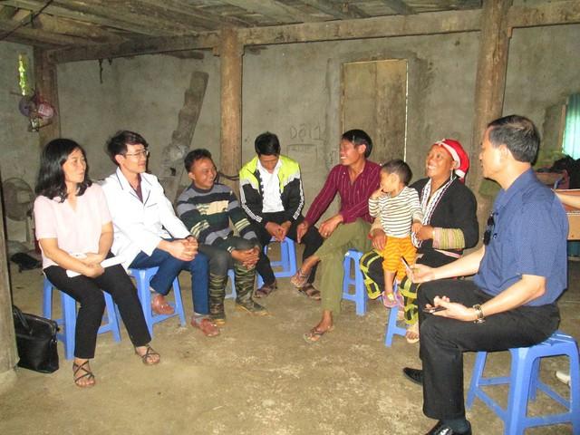 Cán bộ dân số thăm một gia đình người Dao tại thôn Tả Phìn (Sa Pa, Lào Cai).