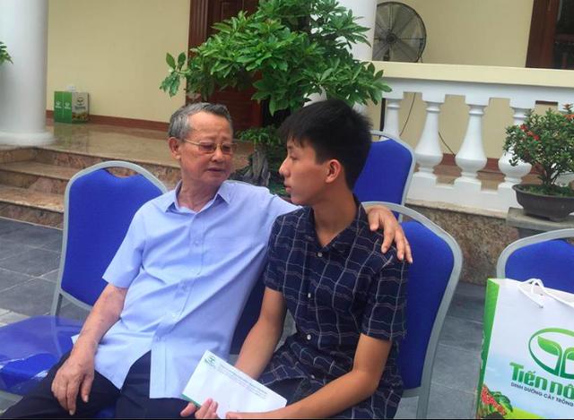 Ông Nguyễn Xuân Cộng vui mừng trước thành tích học tập của em Nguyễn Huy Hoàng – một trong 50 trẻ mồ côi, khuyết tật, hoàn cảnh khó khăn được đại gia đình Tiến Nông đỡ đầu, chăm sóc