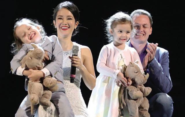 Gia đình ca sĩ Hồng Nhung khi còn mặn nồng. ẢNh: TL