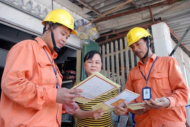 Phát tờ rơi tuyên truyền đến các hộ dân sinh sống gần đường dây và trạm điện. Ảnh: Hoa Việt Cường