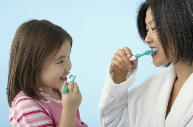 Bé sẽ vui vẻ đánh răng mỗi ngày khi được tự chọn loại kem đánh răng mình thích và được bố mẹ hướng dẫn đúng cách.