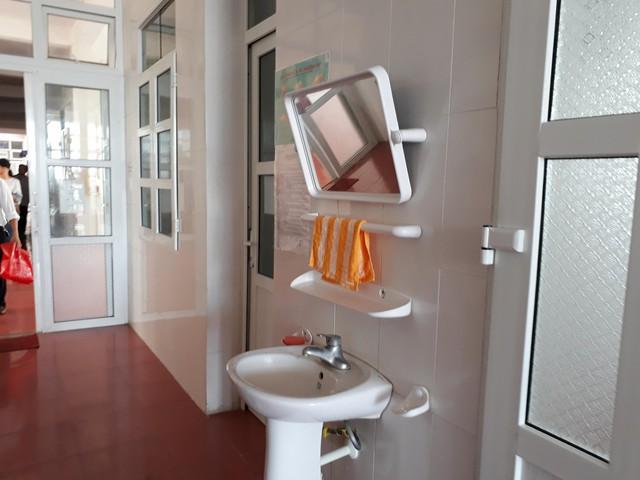 Bồn rửa tay đảm bảo vệ sinh, tránh nhiễm khuẩn bệnh viện, được trang bị ở khắp các hành lang, khoa phòng