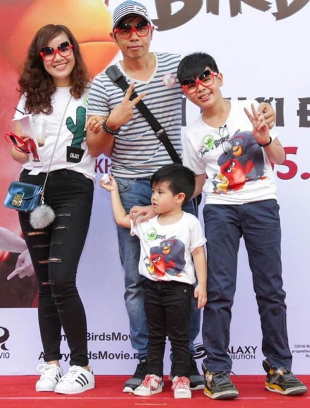 Hình ảnh hiếm hoi của vợ chồng Thái Hòa và con trai Nemo cùng bé Bom (con chung với Cát Phượng).