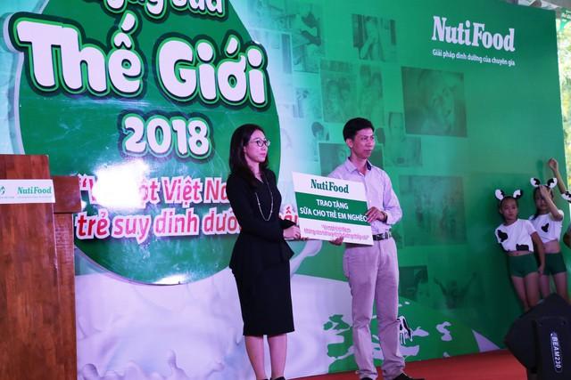 Bác sĩ Trần Thị Lệ đại diện NutiFood trao tặng sữa cho trẻ em nghèo