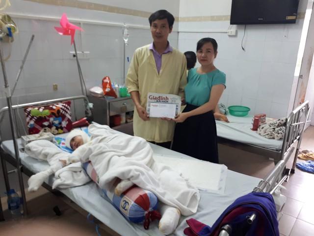 PV Phương Thuận - đại diện chương trình Vòng tay nhân ái (Báo Gia đình & Xã hội) trao tiền cho gia đình anh Minh