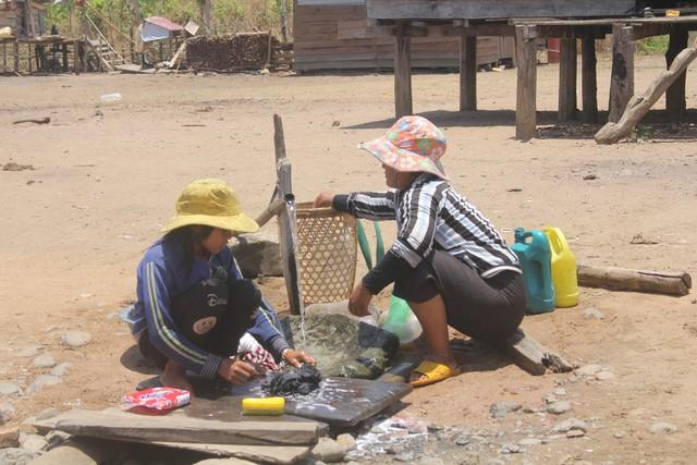 Không được đến trường các em nhỏ phụ giúp bố mẹ làm công việc nhà.     Ảnh: Đức Huy