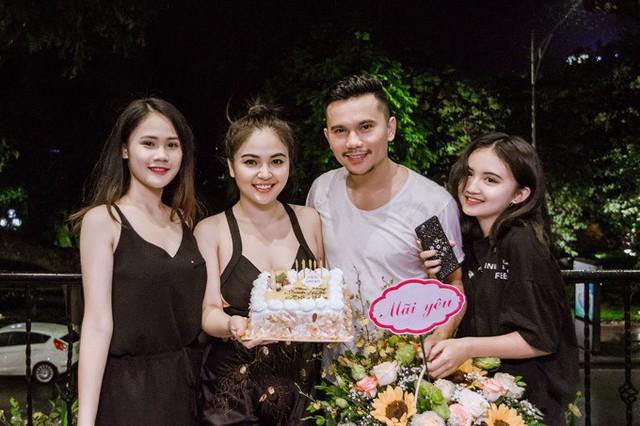 Bà xã Lam Trang và hai con gái lớn cũng có mặt để chúc mừng nhạc sĩ bước sang tuổi 40. Linh Nhi (19 tuổi) và Ngân Hà (14 tuổi) đều rất yêu quý người vợ thứ ba của bố, coi Lam Trang như người bạn tâm giao trong cuộc sống hàng ngày.