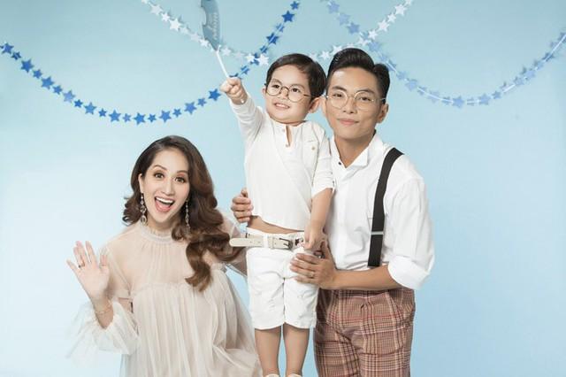 Chưa chính thức tổ chức đám cưới nhưng tổ ấm của Khánh Thi - Phan Hiển rất hạnh phúc trong hơn 3 năm qua. Cả hai từng trải qua nhiều sóng gió khi công khai chuyện tình yêu cô - trò.