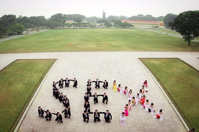 Nhóm sinh viên xếp hình chữ sex tại Hoàng Thành Thăng Long (Hà Nội) từng bị chỉ trích vì ý tưởng phản cảm. Ảnh:FB