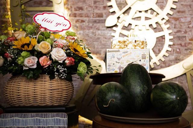 Những trái dưa hấu là món quà đặc biệt mà gia đình, bạn bè tặng cho Tú Dưa trong dịp anh tròn 40 tuổi.