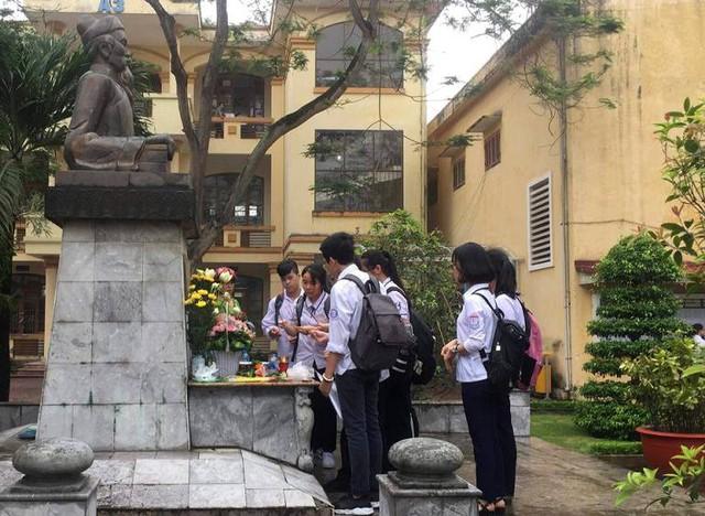 Các thí sinh thắp hương lấy may trước khi bước vào làm bài thi