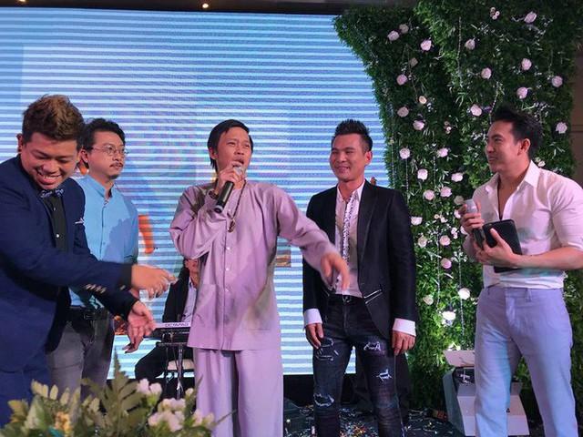 Hứa Minh Đạt (áo xanh, đeo kính) đứng rất gần đàn anh Hoài Linh trên sân khấu.