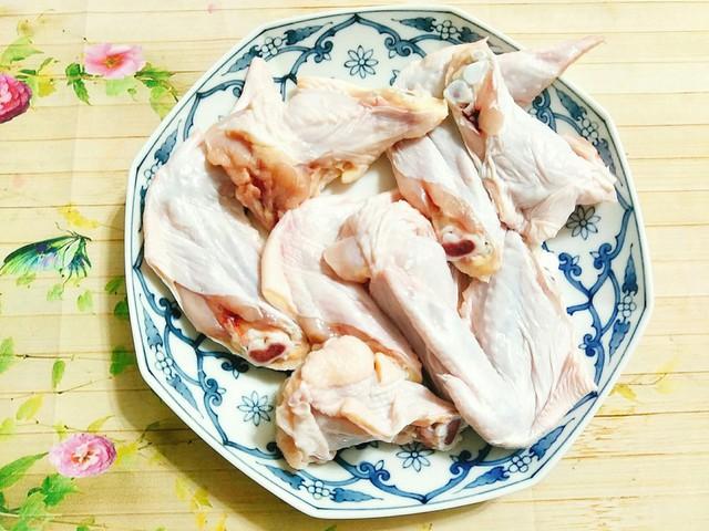 Hướng dẫn cách làm: Cánh gà bạn mua về đem bóp kỹ với một thìa muối rồi rửa lại thật sạch, chặt cánh gà làm 3 khúc theo khớp của cánh gà.