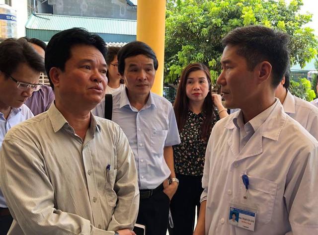 Thứ trưởng Phạm Lê Tuấn trao đổi với Trạm trưởng Trạm y tế xã Báo Đáp