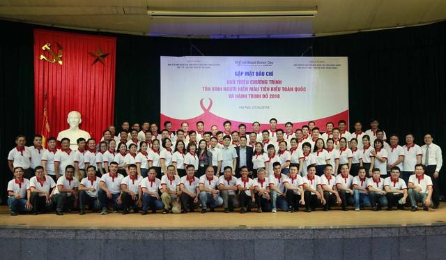 100 người hiến máu tiêu biểu toàn quốc chụp ảnh kỷ niệm với Ban tổ chức.