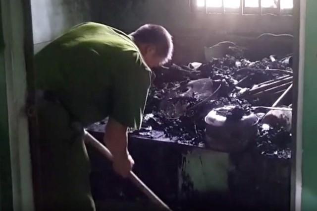 Cảnh sát khám nghiện hiện trường căn phòng bị cháy, nơi phát hiện thi thể nạn nhân. Ảnh: C.A.