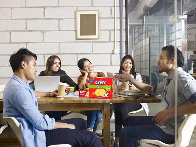 Lắng nghe những chia sẻ, đóng góp của đồng nghiệp để dễ dàng thấu hiểu và đồng cảm trong công việc.