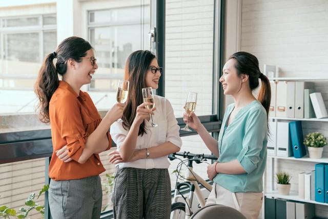 """Những buổi trò chuyện thân mật giúp bạn kết thân và gần gũi với đồng nghiệp hơn là """"buôn chuyện"""" sau lưng người khác."""