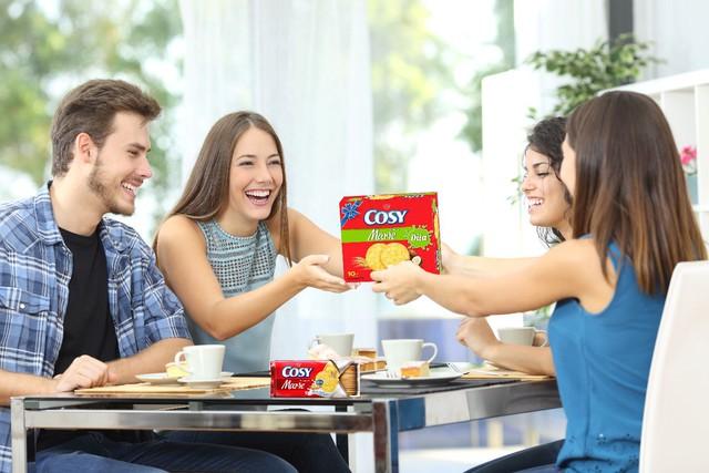 Một bữa trưa giản bị bên miếng bánh quy thơm, ly cà phê nóng giúp gắn kết đồng nghiệp hơn.